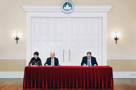 契約期間延長に関する書類に署名するSJMの幹部(左の2人)と崔世安マカオ特別行政区業長官(右)=2019年3月15日(写真:GCS)