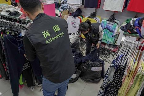 マカオ税関による偽ブランド商品販売店への立入検査の様子=2019年4月2日(写真:澳門海關)
