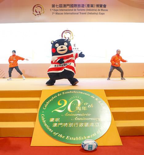 マカオ国際旅行博ステージでラグビーW杯2019日本大会をPRするくまモン(写真:MGTO)