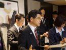メディアの取材に応じる石井啓一国土交通大臣=2019年5月2日、香港にて本紙撮影