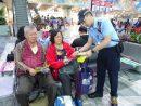 マカオ国際空港で機内スリに対する注意を呼びかける警察官(写真:マカオ治安警察局)