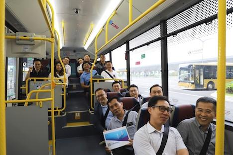 ゴールドバスに試乗するマカオ交通諮問委員会のメンバーら=2019年5月29日(写真:DSAT)