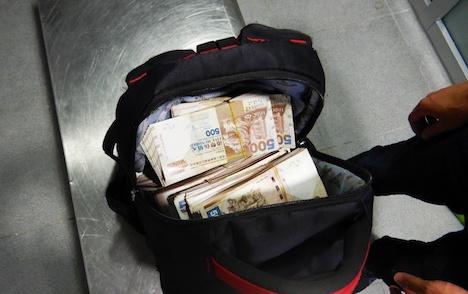 マカオ・タイパフェリーターミナルで旅客の手荷物内から見つかった大量の現金(写真:澳門海關)