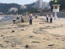 ハクサビーチに通常より多くのゴミが漂着し、人手を増やして清掃作業が実施された=2019年6月16日(写真:DSAMA)