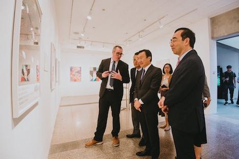 アートマカオ「日本パビリオン」を視察するVIPゲストら=2019年6月18日、マカオ・塔石ギャラリー(写真:ICM)