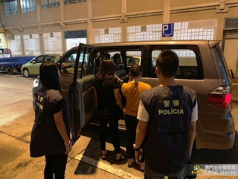 落し物のスマホの返却に高額の金銭を要求したとして脅迫容疑で逮捕されたベトナム人の女2人(写真:マカオ治安警察局)