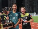 優勝カップを手にするサウサンプトンFCの吉田麻也選手(左)とMVPに選ばれた同ジェイク・ボキンズ選手=2019年7月23日(写真:マカオ政府体育局)