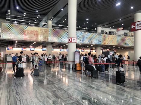 マカオ国際空港旅客ターミナルビル出発階の搭乗手続きカウンター(写真:CAM)