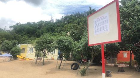 チョクワンビーチに掲出された注意喚起メッセージ(写真:DSAMA)
