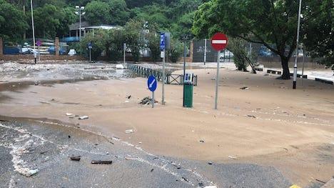 砂で埋まったチョクワンビーチの駐車場(写真:DSAMA)