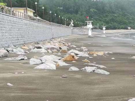 ハクサビーチの一部では岩が露出した状態に(写真:DSAMA)