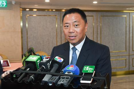 囲み取材に応じる梁維特マカオ政府経済財政長官=2019年9月9日(写真:GCS)