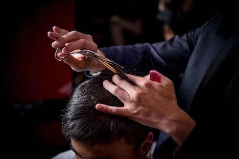 ロイヤル・ジェントルマン・リトリートに含まれるプロスタイリストによるヘアカットサービスのイメージ(写真:Grand Lisboa Hotel)