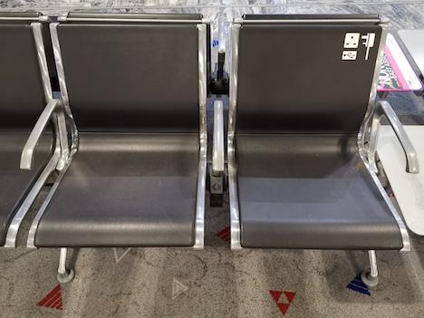 マカオ国際空港出発ロビーの椅子に設置された充電スポット(写真:CAM)