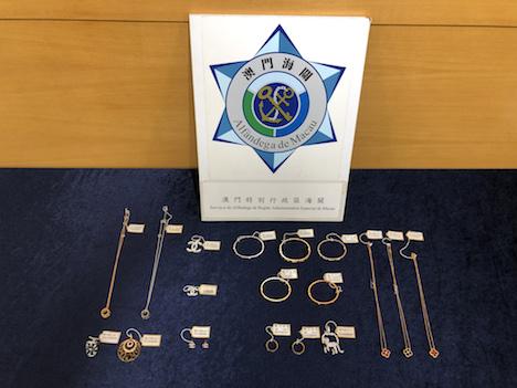 マカオ税関が市内の質店から押収した偽ブランド宝飾品(写真:澳門海關)