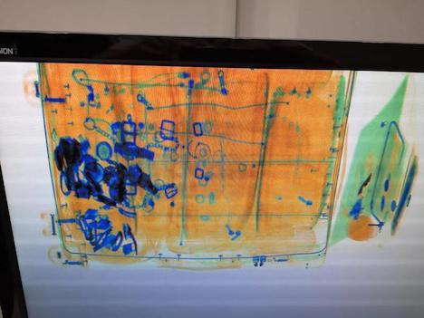 X線検査機のモニタに映し出された当該旅客の手荷物の画像(写真:澳門海關)