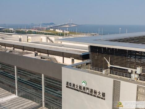 港珠澳大橋マカオ側イミグレーション施設から大橋を望む(写真:マカオ治安警察局)