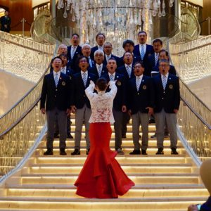 JWマリオット・ホテル・マカオのロビーで歌唱パフォーマンスを披露する長崎居留地男声合唱団=2019年11月12日本紙撮影