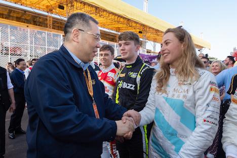 決勝レースを前にマカオ特別行政区の崔世安(フェルナンド・チュイ)行政長官(左)と握手を交わすソフィア・フローレシュ選手=2019年11月17日、マカオ・ギアサーキット(写真:GCS)