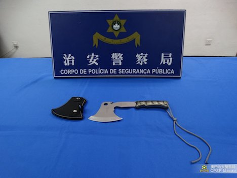 旅客の手荷物の中から発見された斧(写真:マカオ治安警察局)