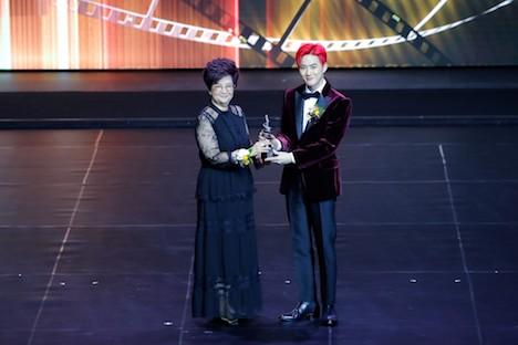 タレントアンバサダーを務めるK-POPの人気男性グループ「EXO」のリーダー、スホさん(右)=2019年12月5日、マカオ文化センター(写真:International Film Festival & Awards, Macao)