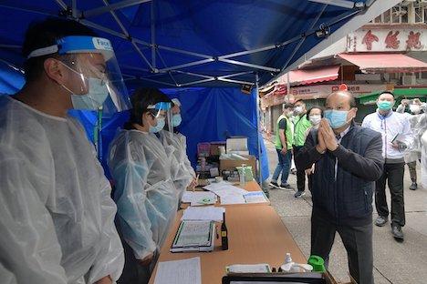 佐敦の封鎖エリア内にあるウイルス検査所を視察する香港政府政務庁の張建宗(マシュー・チャン)長官(右)=2021年1月24日(写真:news.gov.hk)